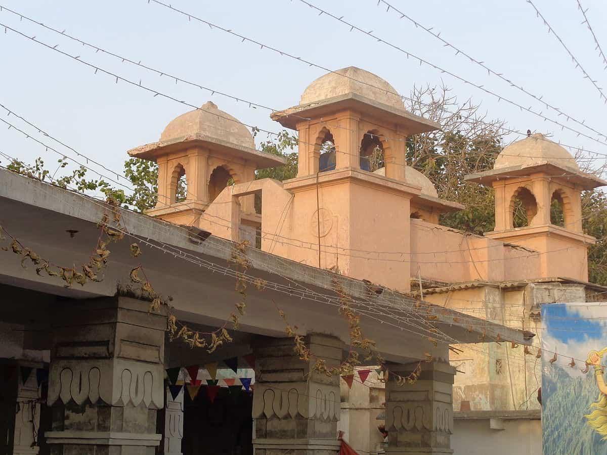 कराची का 200 साल पुराना हिंदू मंदिर मुस्लिम युवाओं के लिए आजीविका सहारा बना 1