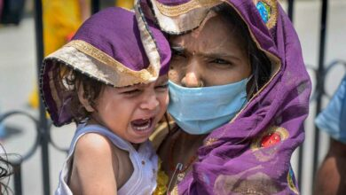 Photo of Migrant labour dies at station; baby plays with mother's shroud