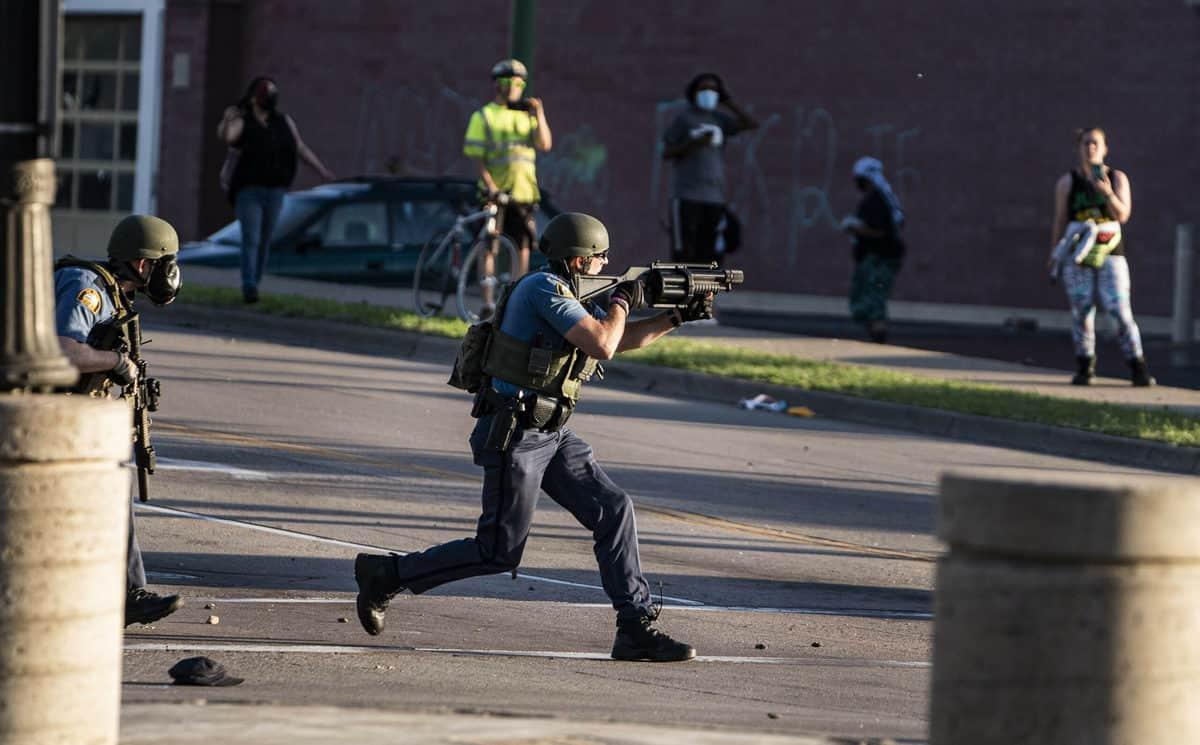 अश्वेत की मौत के बाद अमेरिका के कई शहरों में हिंसक प्रदर्शन जारी 1