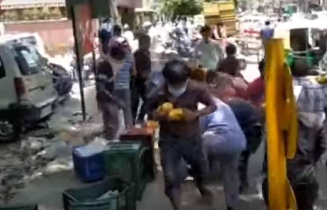People in Delhi loot mangoes