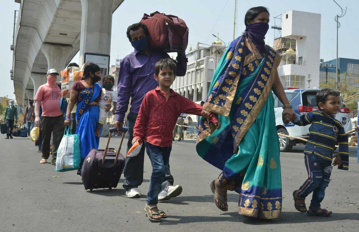 Desperate to go to their homes, Migrants from Hyderabad walking towards Secunderabad railway station to board a special trains to reach their homes in other states. Photo: Mohammed Hussain
