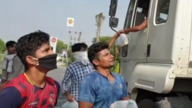 Photo of Cricketer Sarfaraz Khan distributes food packets to migrant workers