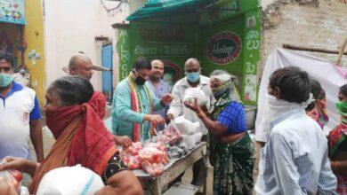 Photo of TPCC General Secretary Vinod Reddy distributes groceries to poor