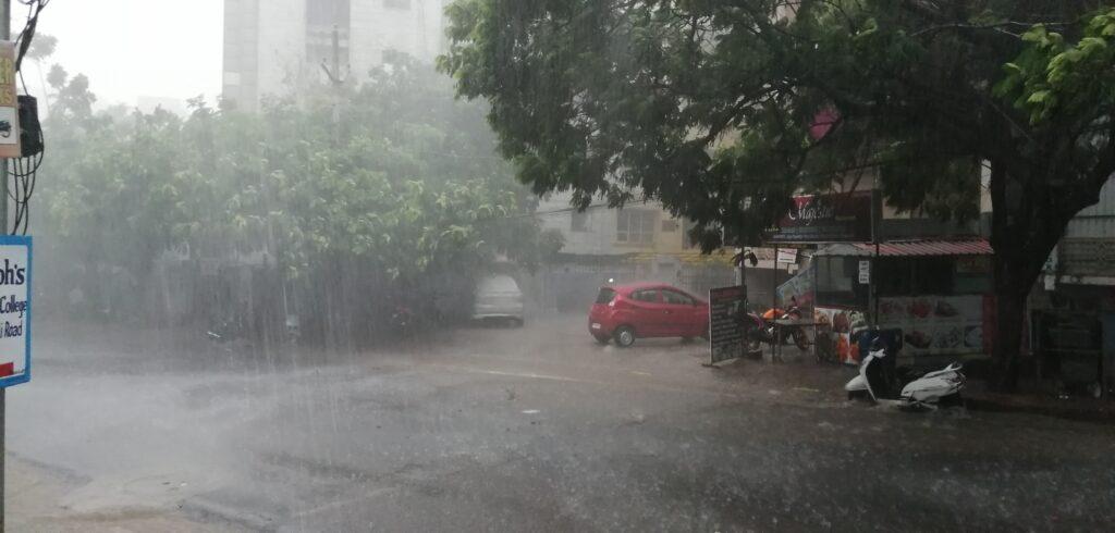 हैदराबाद में हुई जमकर बारिश, सड़कों पर हुआ जलभराव 1