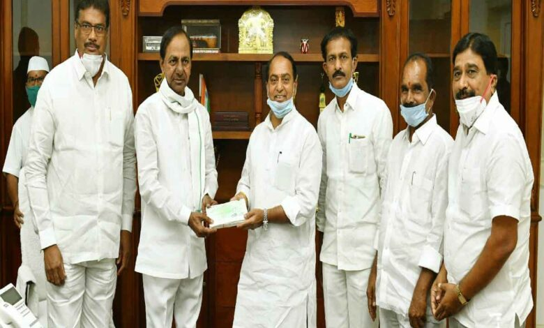 KCR doesn't wear face mask properly, only Telanganites do