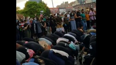 Photo of Non-Muslims shield Muslims as they pray amid protests in US