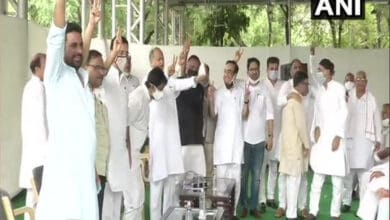 Photo of Raj: Gehlot, Congress leaders flash victory sign after CLP meet