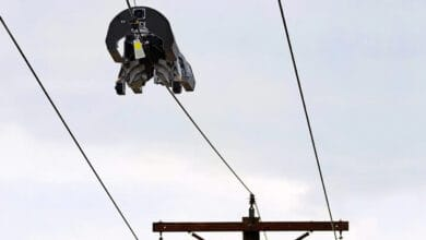 Photo of This Facebook robot walks on power lines to install fibre-optic cable