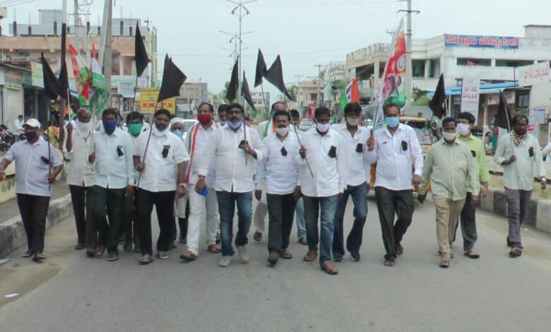 Uttam condemns CM KCR's silence on high power bills