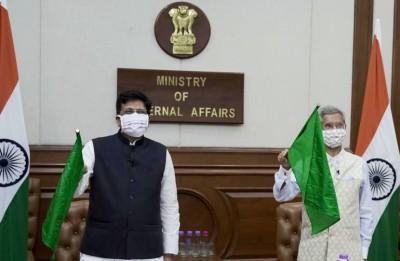 India sends 10 diesel locomotives to Bangladesh (Ld)