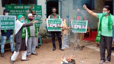 Photo of Majlis Inquilab Party members burn effigy of Asaduddin Owaisi