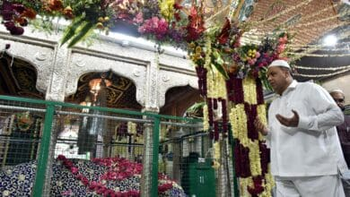 Photo of Waqf Board Chairman offers tributes to saints at Dargah Yusufain on Urs