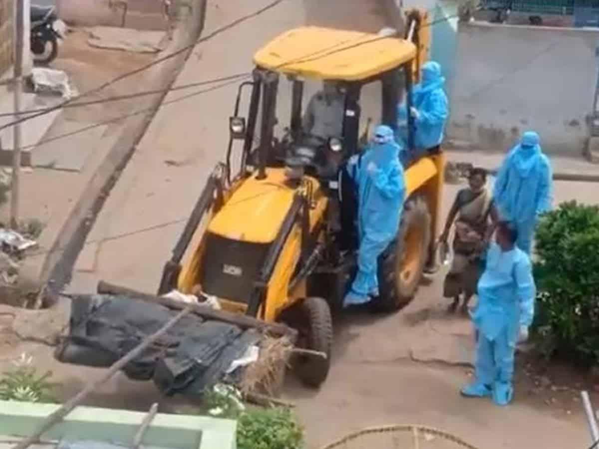 Shifting of deceased corona patient via JCB tractor draws criticism