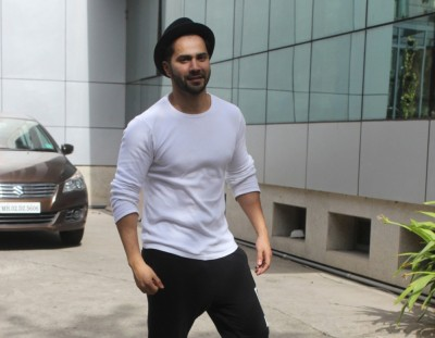 Varun Dhawan's posts amusing selfie and then deletes it (Lead)