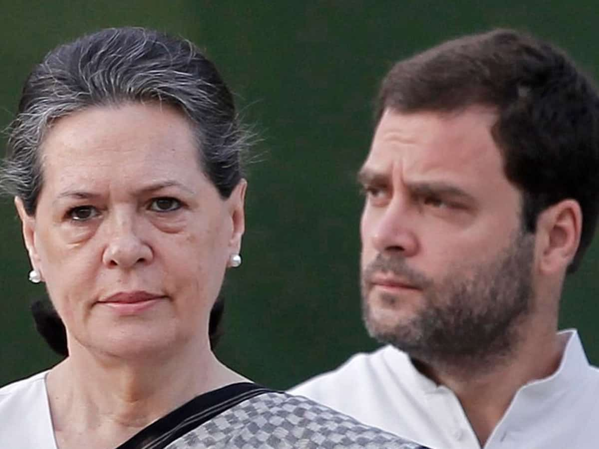 Cong's old vs young war out in open; Sonia, Manmohan mute spectators (Ld)