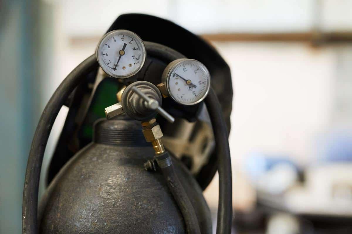 Cops bust black market racket of oxygen cylinders