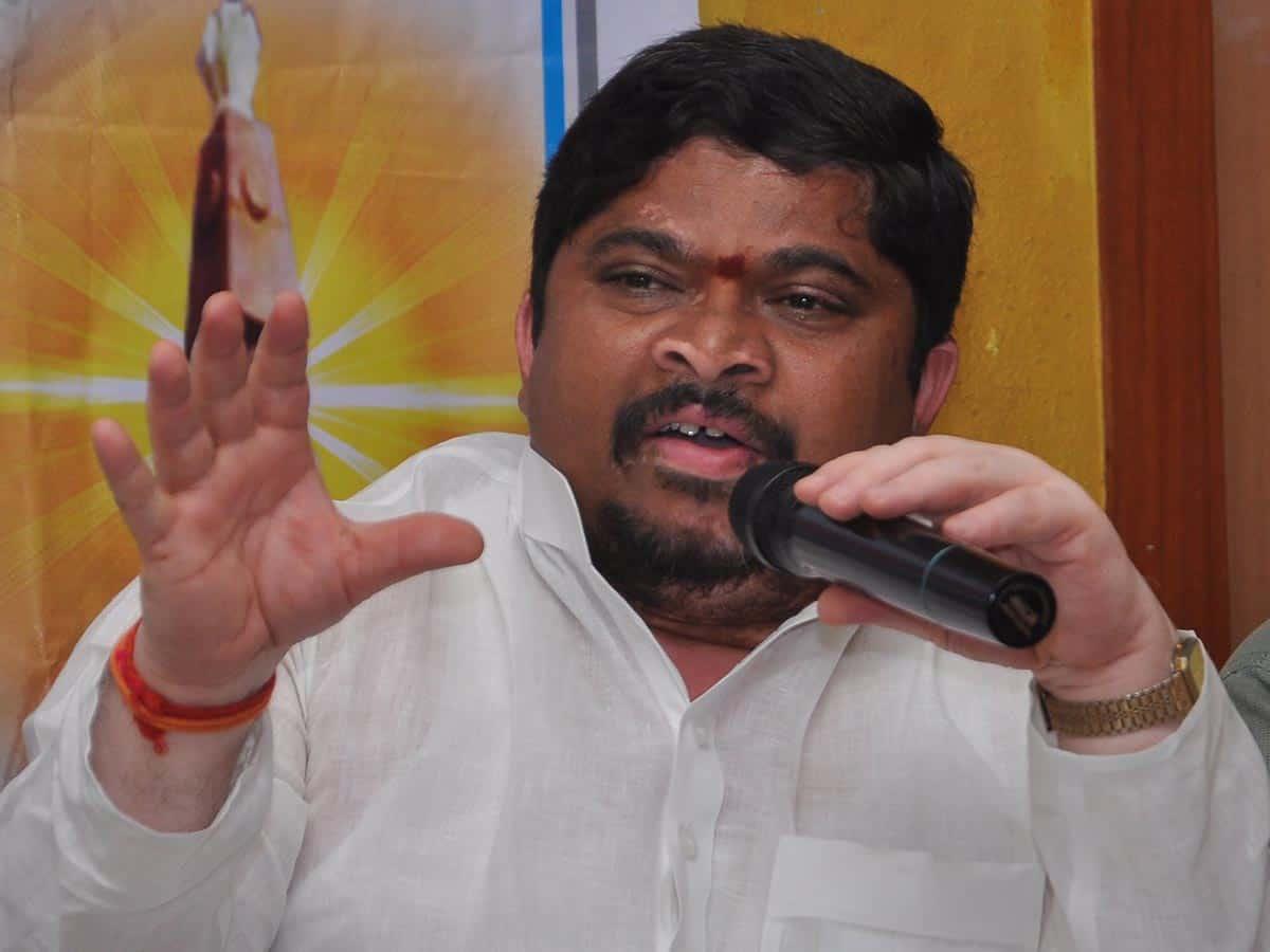 Ponnam Prabhakar criticizes KCR over demolition of secretariat buildings