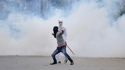Clashes after police stop Muharram processions in Srinagar