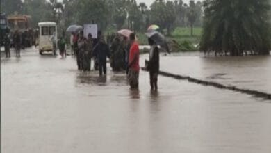Photo of CRPF personnel carry DRG jawan's mortal remains on foot amid rising water
