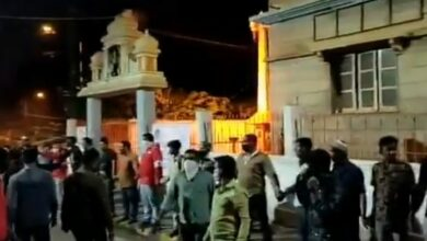 Photo of Bengaluru riots: Muslims form human chain to guard temple