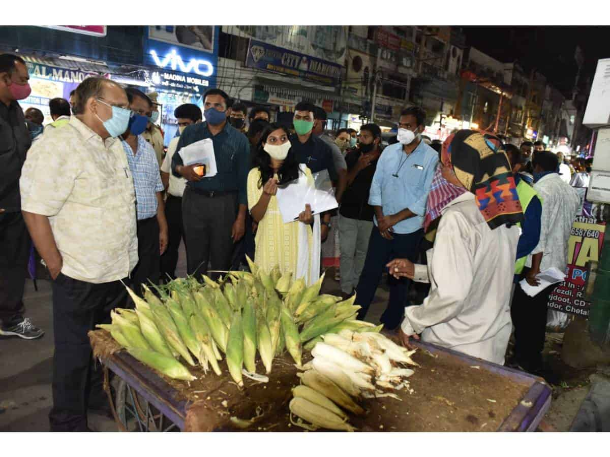 Hyderabad: Chief Secretary Somesh Kumar on Friday announced that the Telangana is targeted to enroll 5 lakhs of street vendors for issuing identity cards in the Telangana State for sanctioning Rs. 10,000 to each vendor at low interest through bank in order to help them in the troubled times. Till now, about, 2,16,000 street venders were identified and registered. The concerned authorities are collecting information of street vendors who are faced financial problems during the COVID-19 lockdown. In order to speed up the enrollment in all Municipalities and Corporations, instructions has been issued to all departments, public representatives, additional collectors and commissioners to participate in the street vendors survey to complete it at the earliest. Chief Secretary Somesh Kumar along with Principal Secretary Arvind Kumar, Commissioner GHMC Lokesh Kumar D.S, Mepma MD Dr.Satyanarayana visited Rythu Bazar and surroundings areas in Mehdipatnam and interacted with the street vendors. Speaking on the occasion Chief Secretary said identity cards are being issued to the street vendors those who are identified, Street vendors information is uploading day to day through separate App. Once the identity cards issued they are eligible to avail various benefits announced by the Government. For enrollment they also have to produce Aadhaar Cards and appealed to the street vendors to cooperate with the Municipal Authorities in enrollment, he added. Addl.Commissioner UCD, Shankariah, all Zonal Commissioners and other officials participated during the visit.