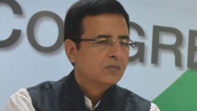 Photo of Rahul didn't use 'BJP agent': Surjewala to Sibal as CWC meet heats up