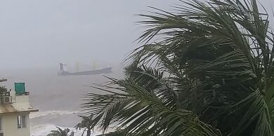 Photo of St Kitts-flagged cargo ship escapes accident off Mumbai (Lead)
