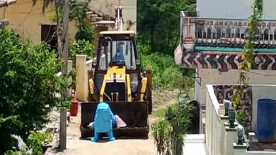 Photo of No one came forward; COVID +ve son shifts mother's body in JCB