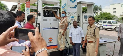 33 fuel stations in Telugu states seized for cheating consumers