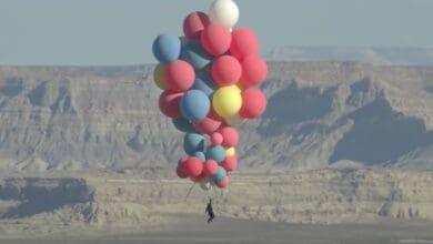 Photo of David Blaine flies 25,000 feet into the sky with 52 helium balloons
