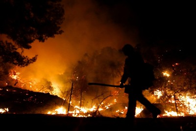 Firefighter dies while battling California wildfire