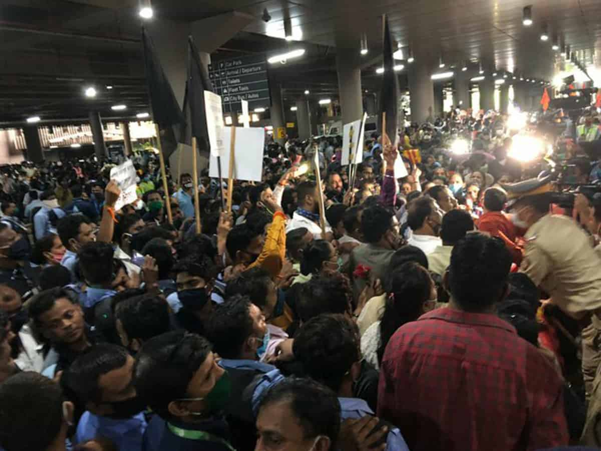 RPI supports Kangana Ranaut, hold protest outside Mumbai airport