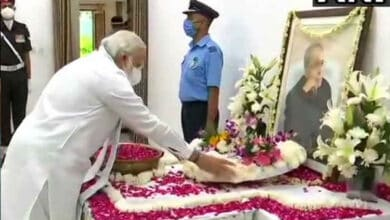 Photo of PM Modi pays tributes to Pranab Mukherjee at his residence