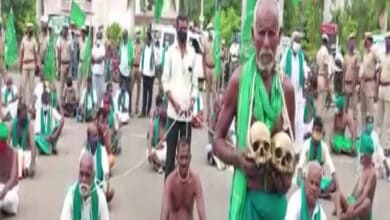 Photo of Holding skulls, Tamil Nadu farmers protest against agriculture bills