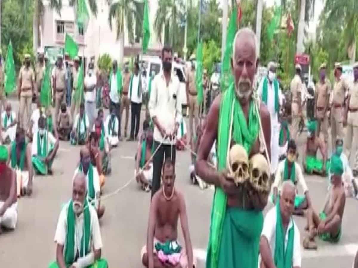 Holding skulls, Tamil Nadu farmers protest against agriculture bills