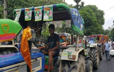 Tejashwi seeks rollback of agri Bills, leads 'tractor march' (Ld)