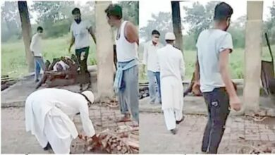 Photo of Imam carries dead body of Hindu neighbour who died of Covid