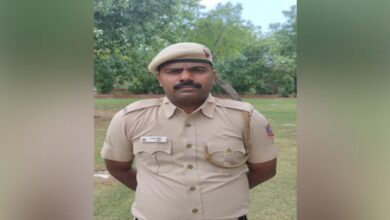 Photo of Delhi cop comes to rescue of children who can't afford online classes