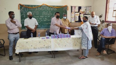 Delhi school distributes 110 tablets to underprivileged kids