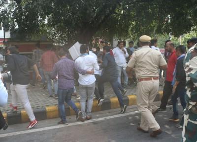 Police detains DUSU President, ABVP members while protest against Delhi govt