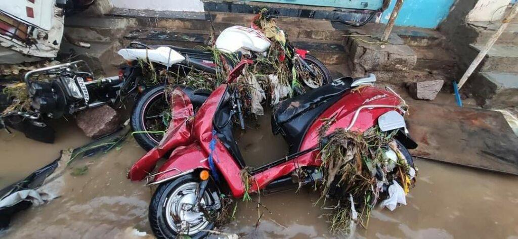हैदराबाद की बारिश: बारिश से इलाके जलमग्न हो गए, घरों, वाहनों को तबाह कर दिया 8