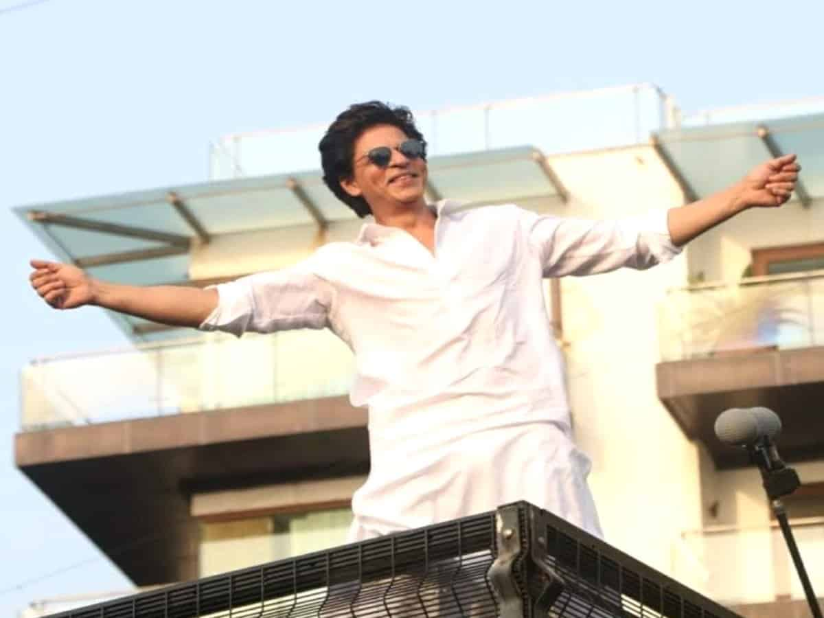 SRK's epic reply to a fan who asked him if he plans to sell Mannat