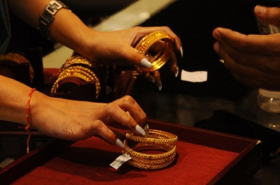 Amid Covid cloud 'Dhanteras' brings back gold demand (Ld)