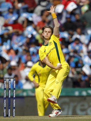 Australians Zampa, Stoinis meditate together