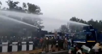 Braving tear-gas shells, water canons, thousands break barricades in Haryana (Ld)