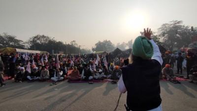Farmers listen to 'kirtan' to commemorate Guru Nanak's birth anniversary (Ld)