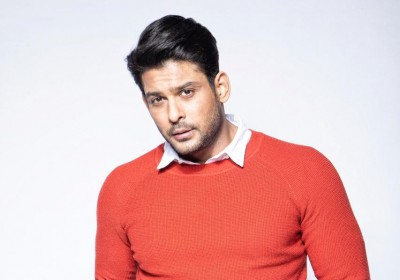 Sidharth Shukla tries to pull off SRK's signature pose
