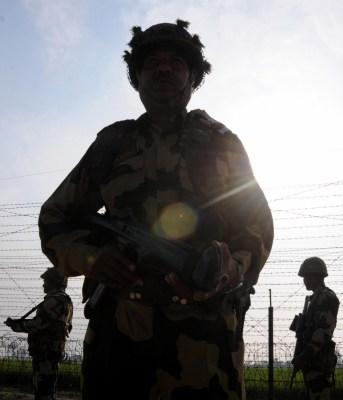 7 kg heroin, three Chinese pistols seized along Pak border