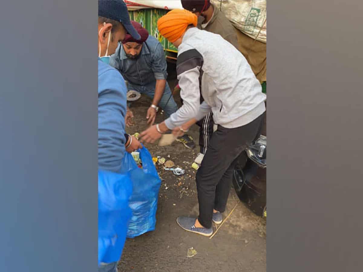 Brother duo helps clean garbage at Singhu border