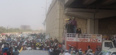 Crowd swells at Delhi-UP border with arrival of over hundred tractors